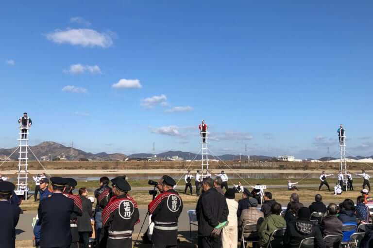 加古川市の河川敷で消防出初め式がありました
